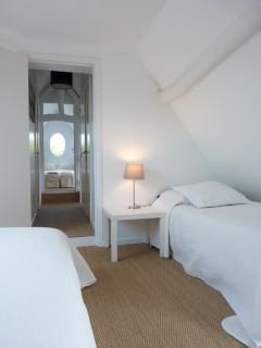 la-longere-chambre-glycine-pour-3-un-lit-double-et-un-simple-2-10089